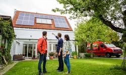 Das Dach: Tag und Nacht Solarstrom